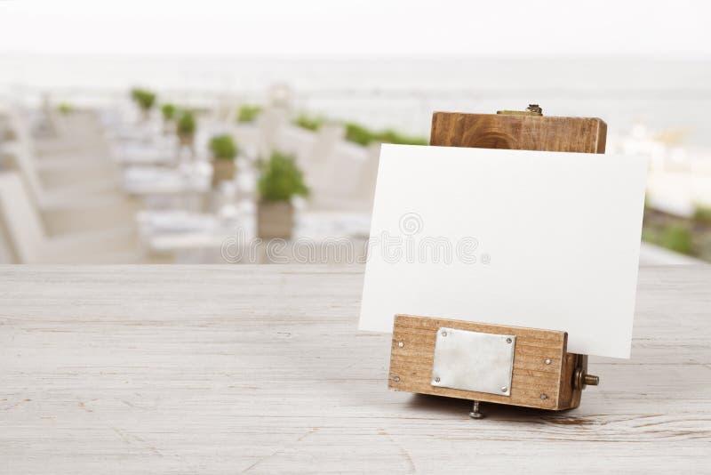 Unik modellmenyram på tabellen över suddig restauranginre royaltyfri foto