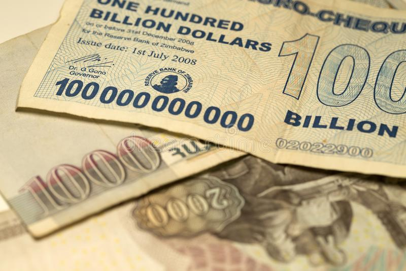 Unik Zimbabwe hyperinflationsedel hundra miljard dollar i detaljen, 2008 arkivfoto