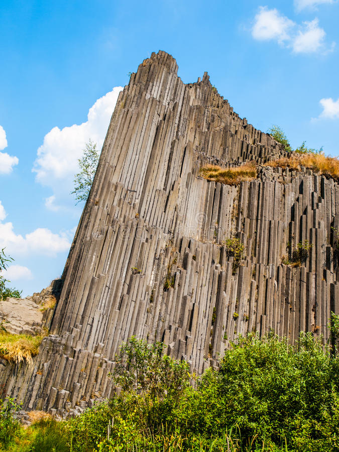 Unika basaltorganrör av den Panska skalaen nära Kamenicky Senov i nordliga Bohemia, Tjeckien royaltyfri bild