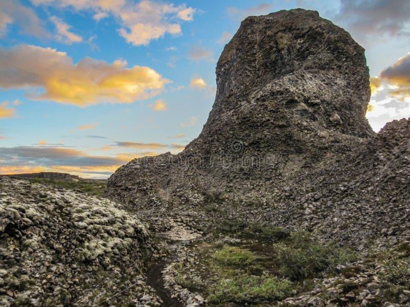 Unika columnar vaggar bildande, radiell ordning på Vesturdalur, Asbyrgi, med dramatisk himmel på nordost av Island, Europa royaltyfri bild