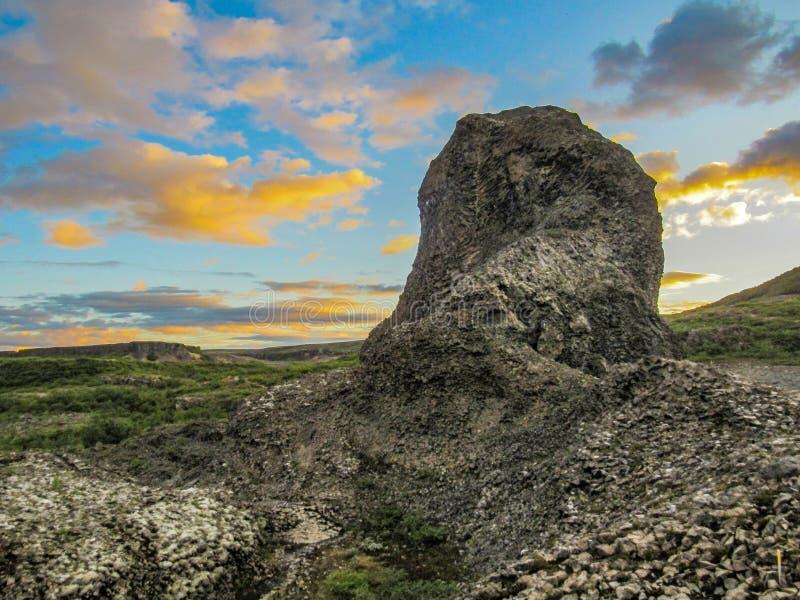 Unika geologiska bildande columnar basalt och basaltrosetter på Vesturdalur, Asbyrgi, med dramatisk himmel i solnedgången, Northe fotografering för bildbyråer