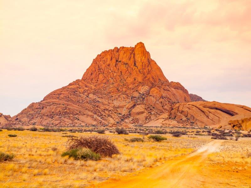 Unika Spitzkoppe, aka Sptizkop - vagga bildande av rosa granit i det Damaraland landskapet, Namibia, Afrika royaltyfri fotografi