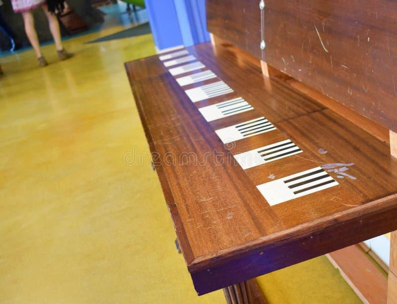 Unikalna fortepianowa projektująca drewniana fortepianowa ławka zdjęcie royalty free