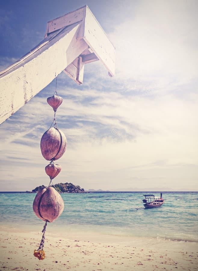 Unikalna retro filtrująca kokosowa dekoracja na tropikalnej plaży zdjęcia stock