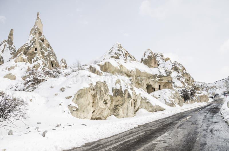 Unikalne geological rockowe formacje pod śniegiem w Cappadocia, turczynka fotografia stock