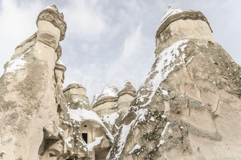 Unikalne geological rockowe formacje pod śniegiem w Cappadocia, turczynka fotografia royalty free