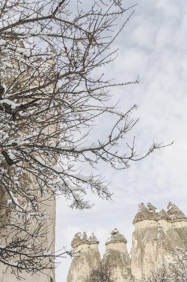 Unikalne geological rockowe formacje pod śniegiem w Cappadocia, turczynka obraz royalty free