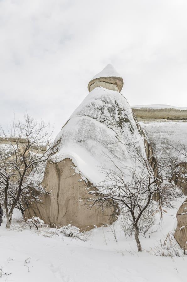 Unikalne geological rockowe formacje pod śniegiem w Cappadocia, turczynka zdjęcia stock