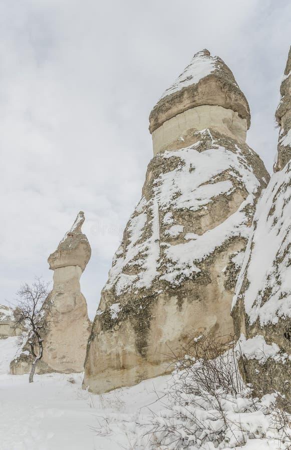 Unikalne geological rockowe formacje pod śniegiem w Cappadocia, turczynka obrazy stock