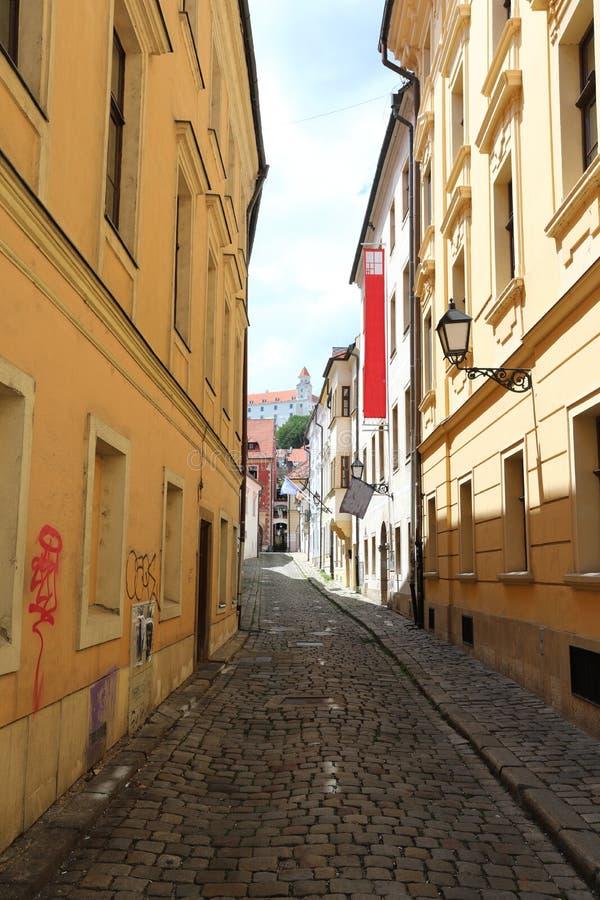 Unikalne ulicy stary Bratislava, fascynują urokiem, przytulnością i znakomitym piwem, fotografia royalty free
