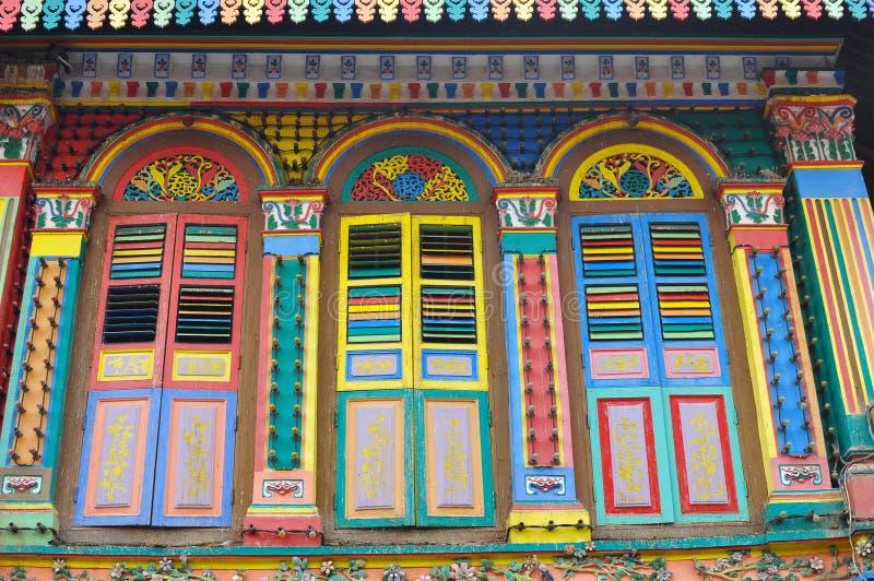 Download Unikalni Tradycyjni Kolorowi Okno W Małym India, Singapur Zdjęcie Stock - Obraz złożonej z jaskrawy, kulturalny: 106900320