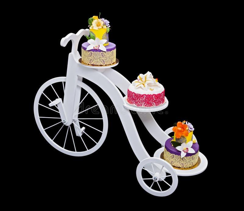 Unikalny bicyklu torta stojak z trzy tortami zdjęcie stock