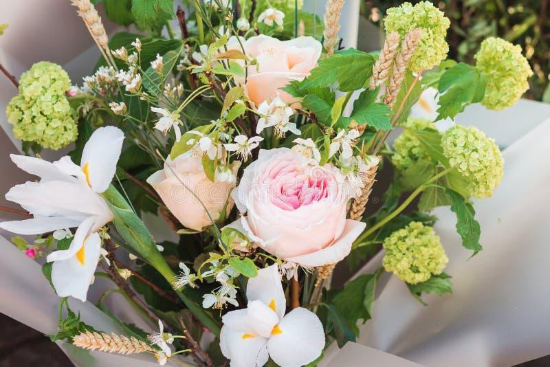 Unikalny bukiet kwiatów składać się z różowe róże r i brzoskwinia fotografia royalty free