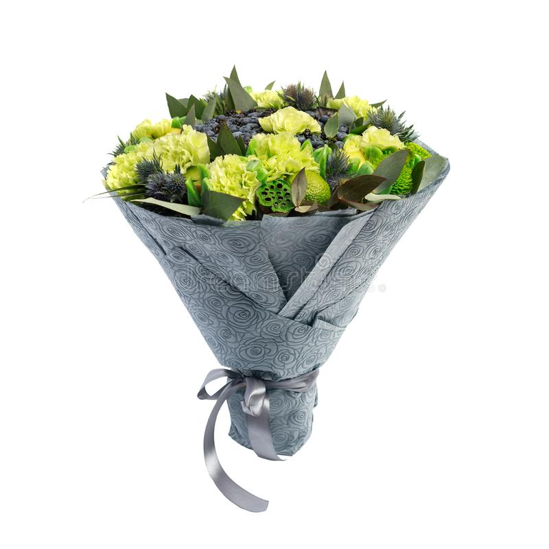 Unikalny bukiet składa się czarne jagody, czernicy, cytryny dekorować z zielonymi goździkami odizolowywa na białym tle obraz stock