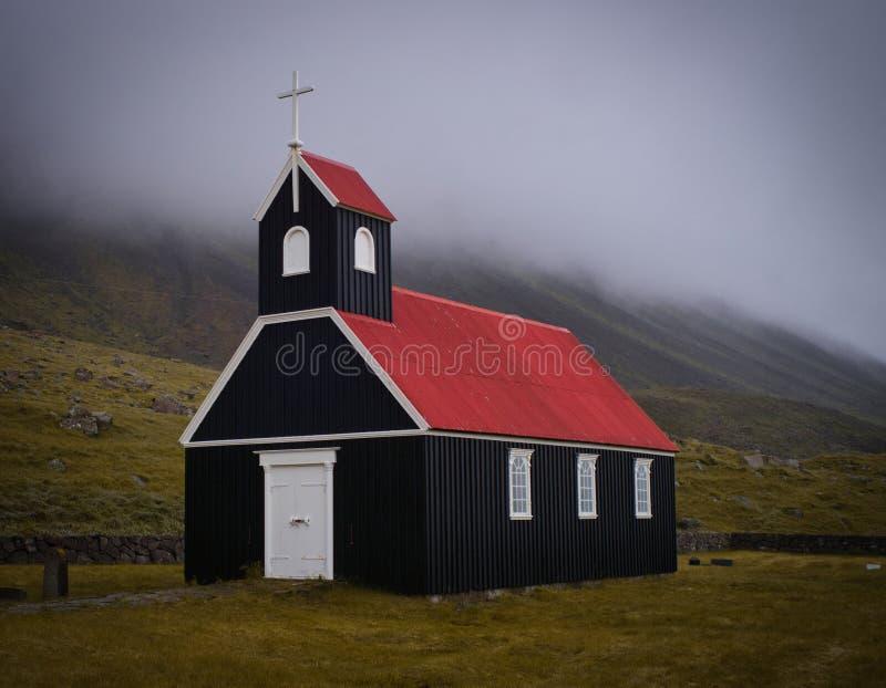 Unikalny czarny i czerwony kościół w Iceland zdjęcie stock