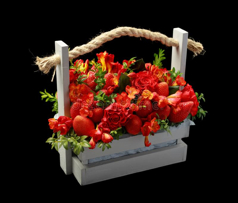 Unikalny handmade prezent uzupełniający dojrzałe truskawki i czerwone róże pakował w drewnianym pudełku Lewy widok na czar zdjęcia stock