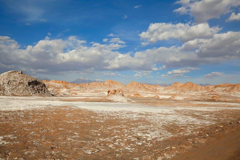 Unikalny krajobraz Solankowi mieszkania Pod niebieskim niebem w Chile Atacama pustyni zdjęcie royalty free