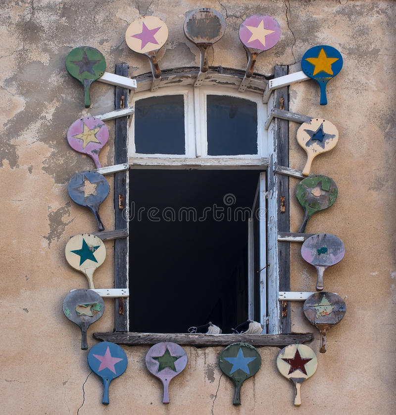 Unikalny okno na ulicie stary Tel Aviv, dekorującej z pingpongowymi kantami obrazy stock