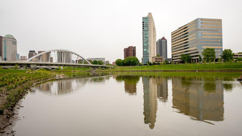 Unikalny widok Kolumb Ohio linia horyzontu z rzeką i mostem obraz royalty free