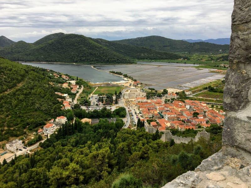 Unikalny widok od wysokości w górę patrzeć przez ścian mały średniowieczny miasteczko Ston, Chorwacja zdjęcia stock
