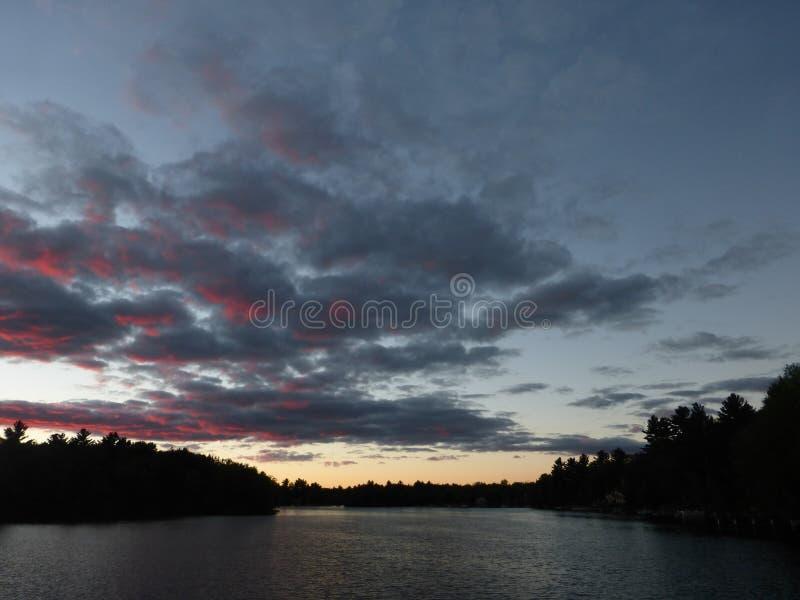 Unikalny zmierzch na jeziorze fotografia stock