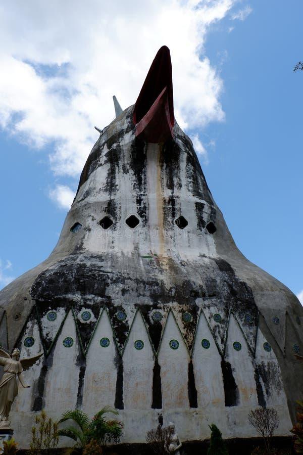 unikt duva-format hus på bergstoppet arkivbilder