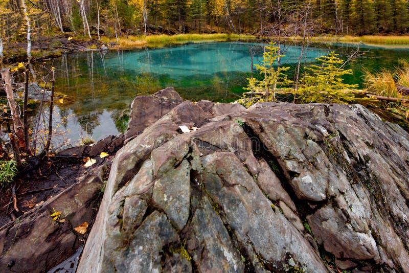 Unikt, i natur och att förbluffa skönhetGeyser sjön royaltyfria foton