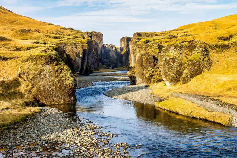 Unikt landskap av Fjadrargljufur i södra Island royaltyfri fotografi