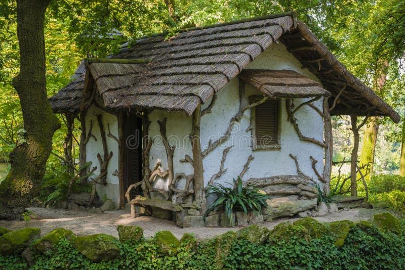 Unikt trädgårds- hus royaltyfria foton
