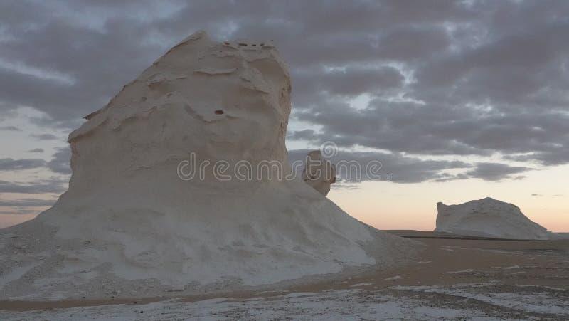 Unikt vaggar i den vita öknen i Egypten arkivbild