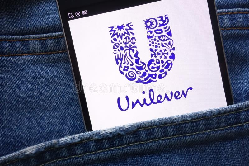 Unileverwebsiten som visas på smartphonen som döljas i jeans, stoppa i fickan arkivbild