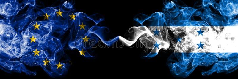Union européenne contre le Honduras, drapeaux honduriens de fumée placés côte à côte Drapeaux soyeux colorés épais de fum illustration libre de droits