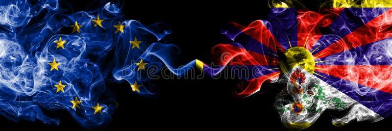 Union européenne contre le Thibet, drapeaux tibétains de fumée placés côte à côte Drapeaux soyeux colorés épais de fumé photos stock