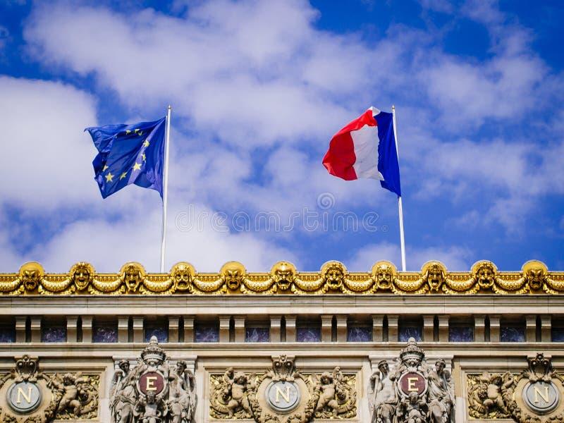 Union européenne et le drapeau français sur le palais Garnier photographie stock