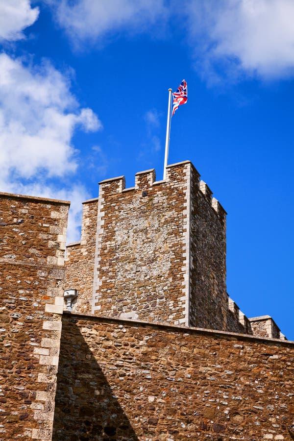 Union Jack de ondulação em Dover Castle Tower Kent Southern Inglaterra Reino Unido fotografia de stock