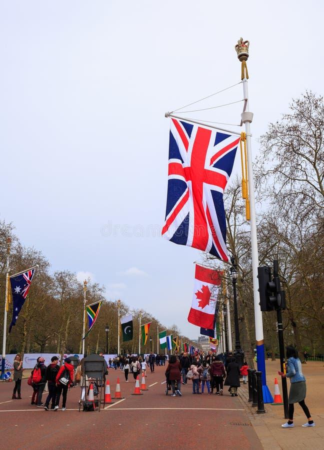 Union Jack flaga na centrum handlowym w Westminister wraz z wspólnota narodów kraju flaga obrazy stock