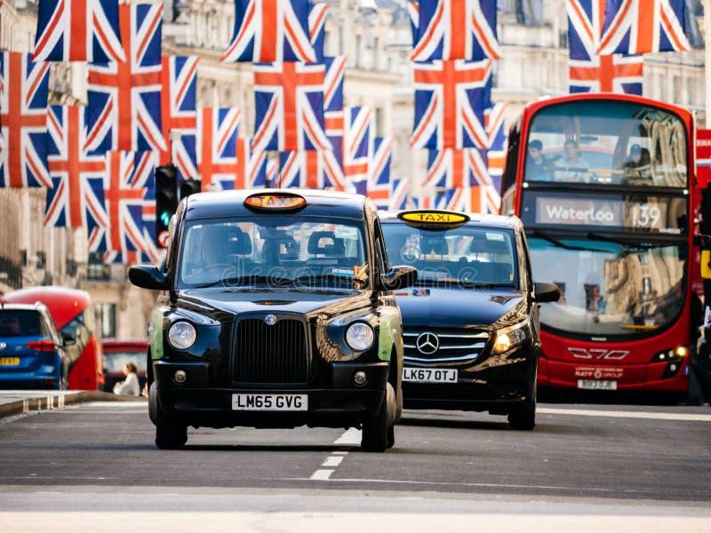 Union Jack Flags sur Regent Street par jour avant le mariage royal photos stock