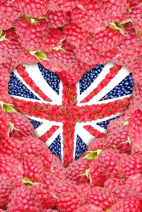 Union Jack na forma de um coração em um fundo da framboesa fotografia de stock royalty free
