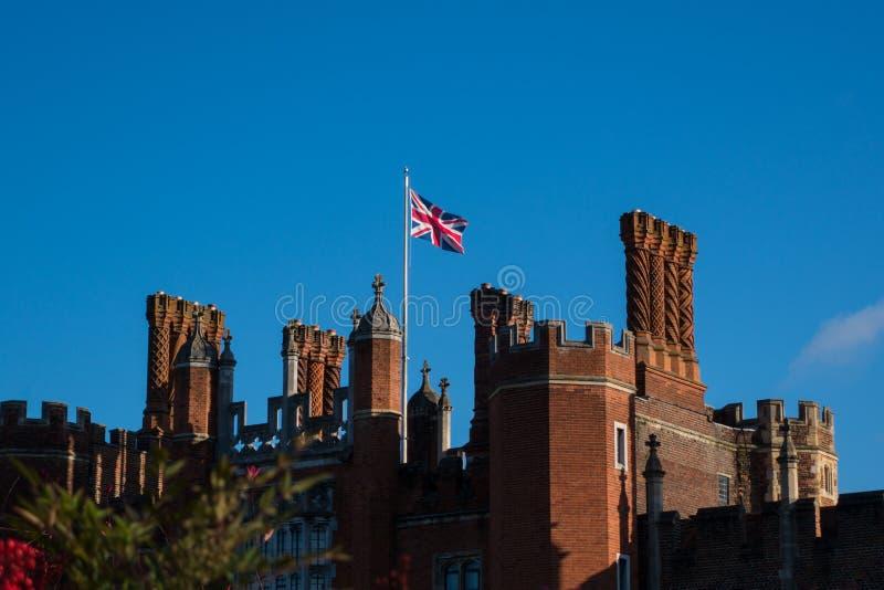 Union Jack que vuela sobre Hampton Court Palace en sol contra imagen de archivo libre de regalías