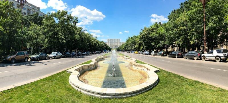 Union Square -Fontein en Huis van het Mensen of het Parlement Paleis in Boekarest royalty-vrije stock foto