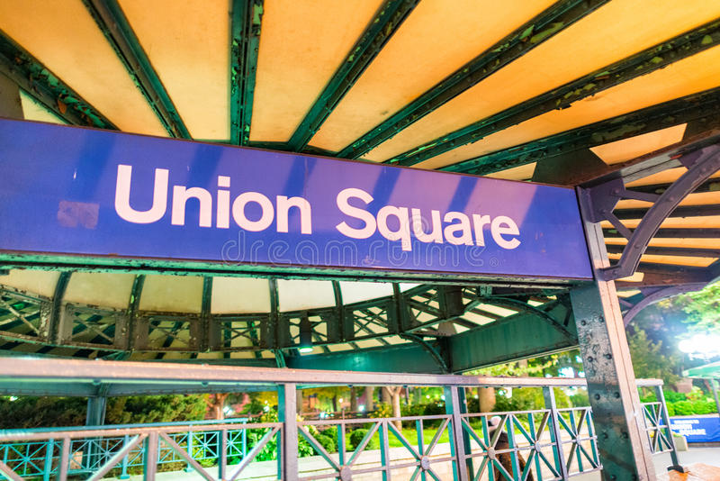 Union Square gångtunneltecken på natten i New York City royaltyfri fotografi