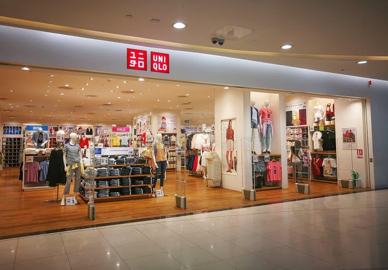 UNIQLO is een manier van Tokyo en het kledingsbedrijf, het beeld toont shopfront detailhandel in een winkelcomplex stock fotografie