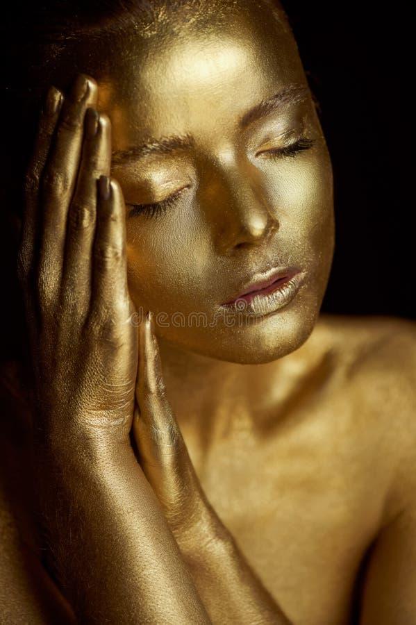 Unirdische goldene Mädchen des Porträts, Hände nahe dem Gesicht Sehr empfindlich und weiblich Die Augen sind geschlossen lizenzfreie stockbilder