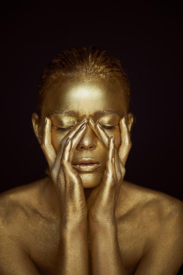 Unirdische goldene Mädchen des Porträts, Hände nahe dem Gesicht Sehr empfindlich und weiblich Die Augen sind geschlossen lizenzfreies stockfoto