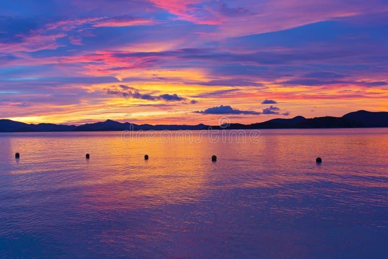 Unirdische Sonnenuntergangfarben auf einer Tropeninsel lizenzfreie stockfotos