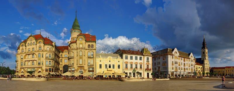 Uniriivierkant in Oradea - Zwart Eagle Palace-panorama royalty-vrije stock foto