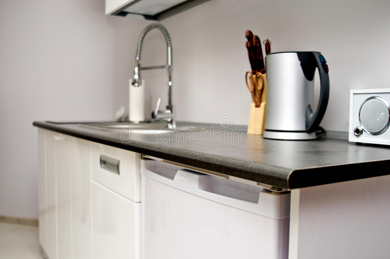 Cucina con il lavandino, i coltelli ed il bollitore.   fotografie stock