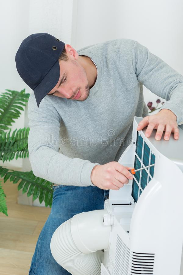 Unità del condizionatore d'aria della riparazione del riparatore fotografia stock libera da diritti