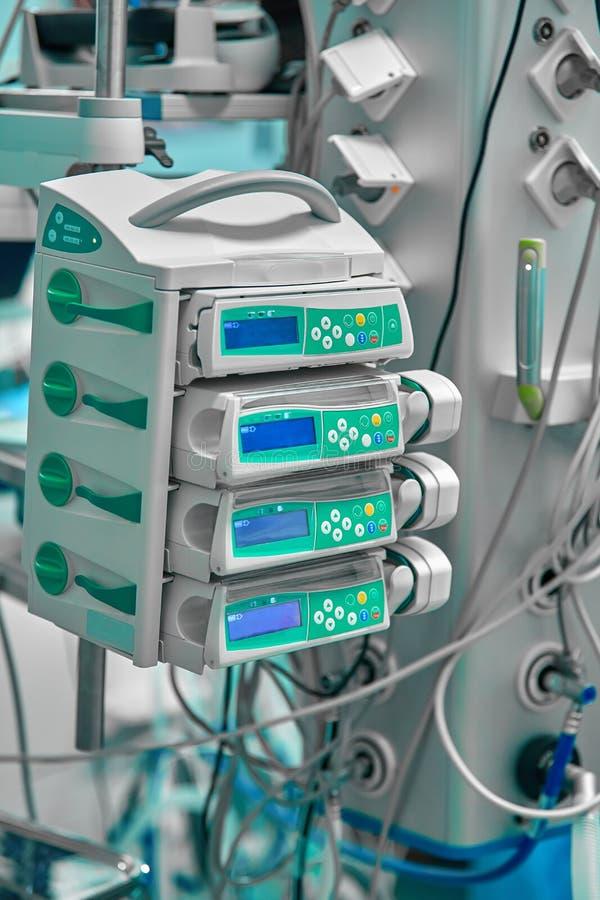 Unità del gruppo di continuità per i computer ed i dispositivi del sostegno vitale nella sala operatoria fotografia stock