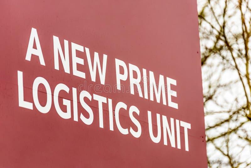 Unità del magazzino e dell'ufficio di logistica industriale degli agenti immobiliari per firmare la nuova unità principale di log immagine stock libera da diritti